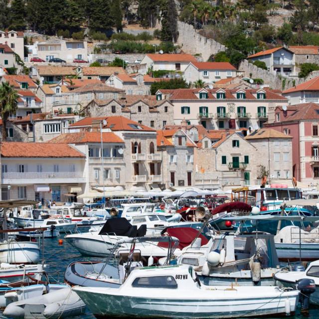 Hvarska luka privlači velik broj gostiju