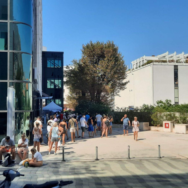 turisti čekaju u redovima na testiranje