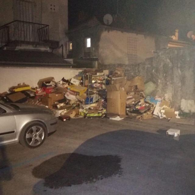 Hrpe smeća u centru Sv. Filipa i Jakova