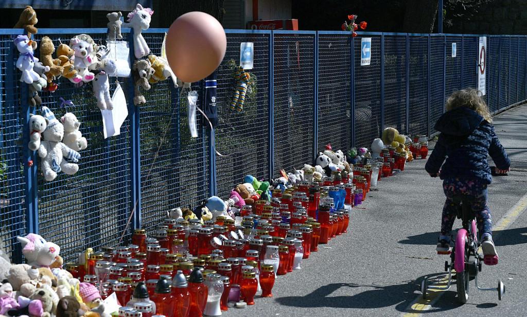 Nakon smrti pred Klaićevom su ostavljane igračke i lampaši