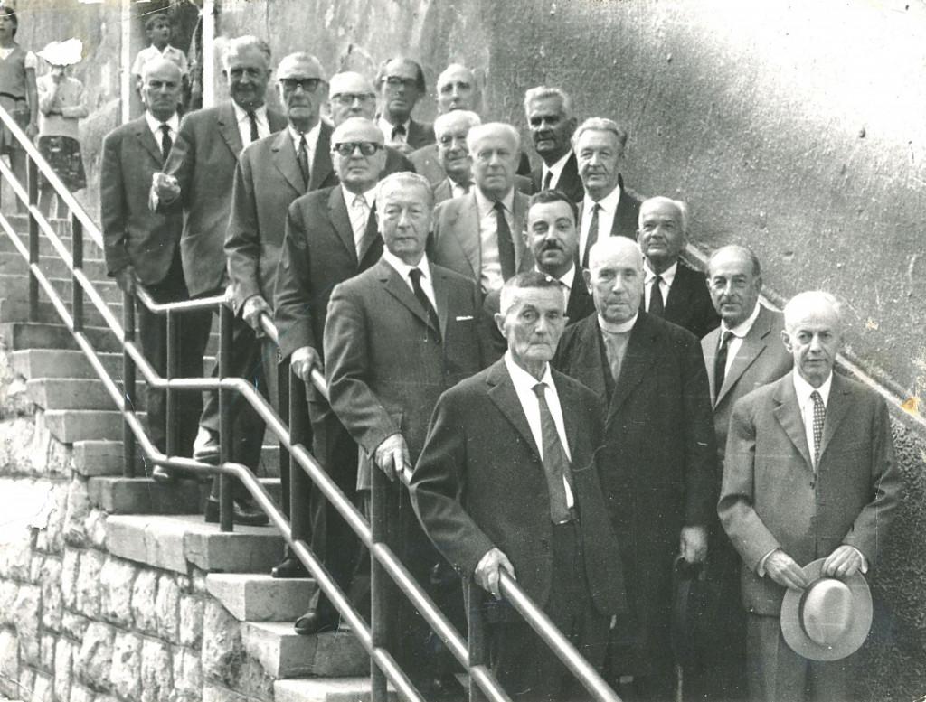 Za 60. godišnjicu mature 1977. poredali su se na vanjskim stubama stare zgrade Gimnazije