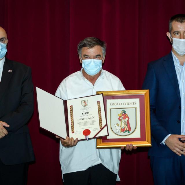 Na svečanoj sjednici Gradskog vijeća dodijeljena su ovogodišnje nagrade grada, a akademik Ivan Aralica dobio je titulu počasnog građanina