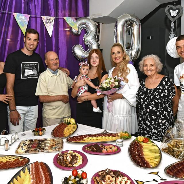 Elvira Mijić (u sredini s cvijećem) s obitelji
