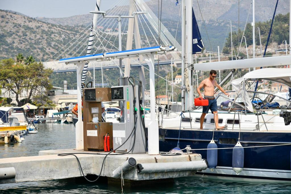 Prva iduća benzinska pumpa za plovila je u Komolcu, a potom ona u Korčuli udaljenoj 49 nautičkih milja