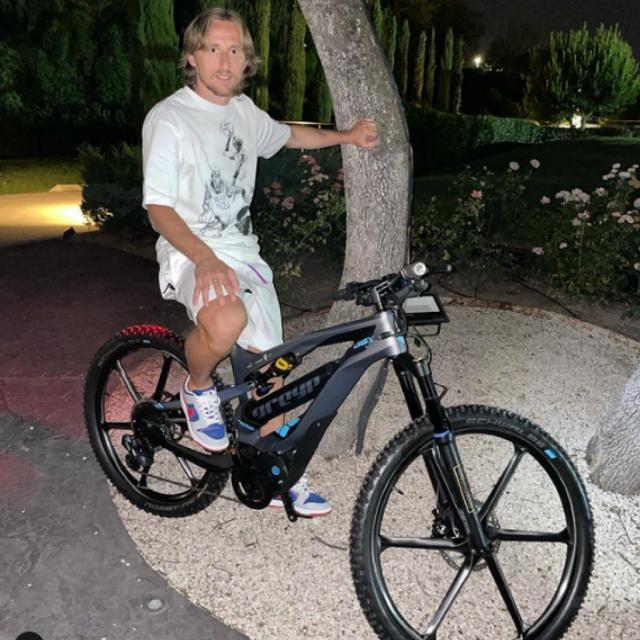 Luka Modrić na biciklu Mate Rimca