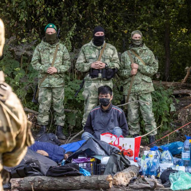 Poljski i bjeloruski vojnici se gledaju oči u oči