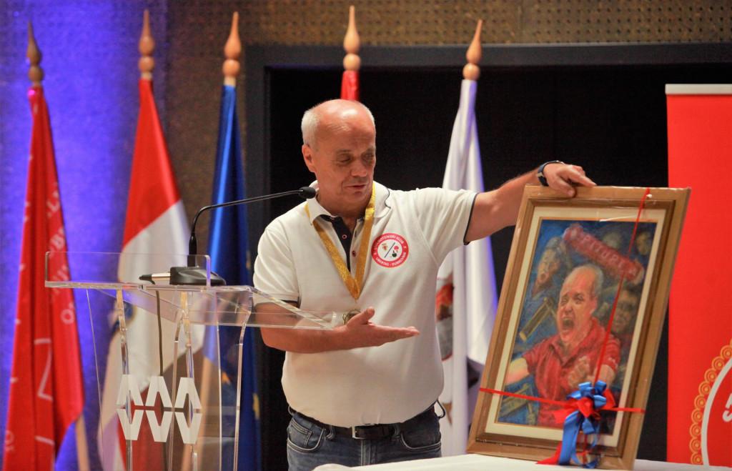 Marinko Matulović sa slikom, koju je dobio na poklon od članova kluba