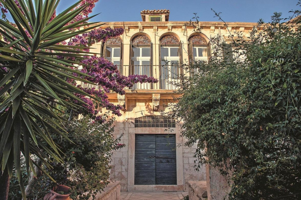 Jakinovi dvori izgrađeni su 1540., a grb prvih vlasnika, plemenitaške obitelji Jakša, još stoji na zidu