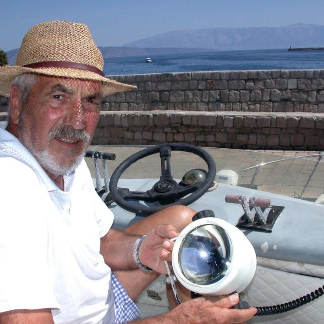 Kapetan Niko Gamulin s odvaljenim reflektorom na svom brodu kojega veže na jelšanskoj Pumpureli