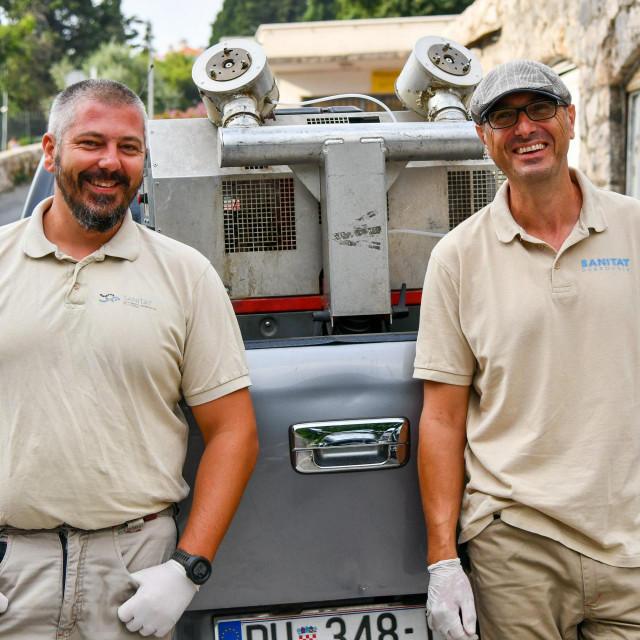 Boris Bašić i Orsat Brajčić ispred vozila s kojim rade adulticidnu obradu komaraca