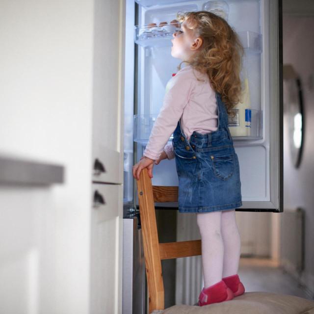 Djeca rado u frižider gledaju dugo i opušteno, kao u izlog trgovine