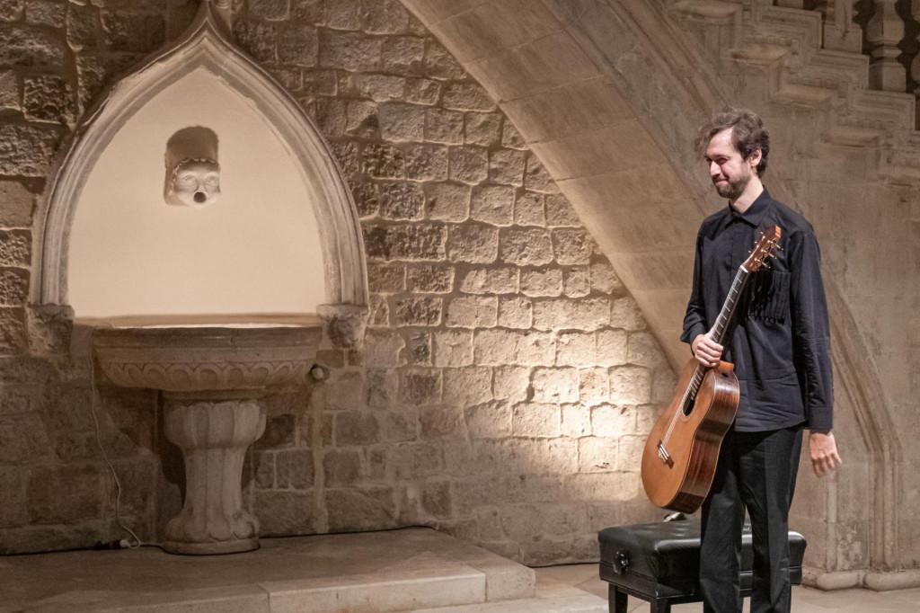 Virtuoz na gitari Petrit Çeku održao je recital u atriju Kneževa dvora