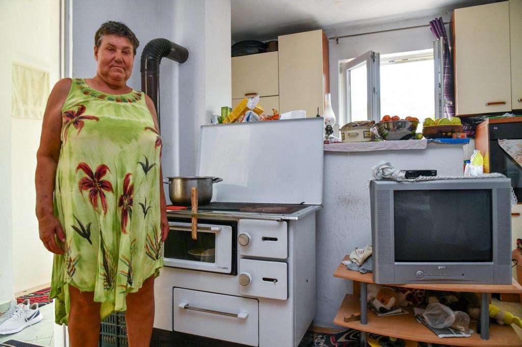 Rifetova supruga pokazuje štednjak na drva na kojem kuha ručak i grije vodu za tuširanje<br />