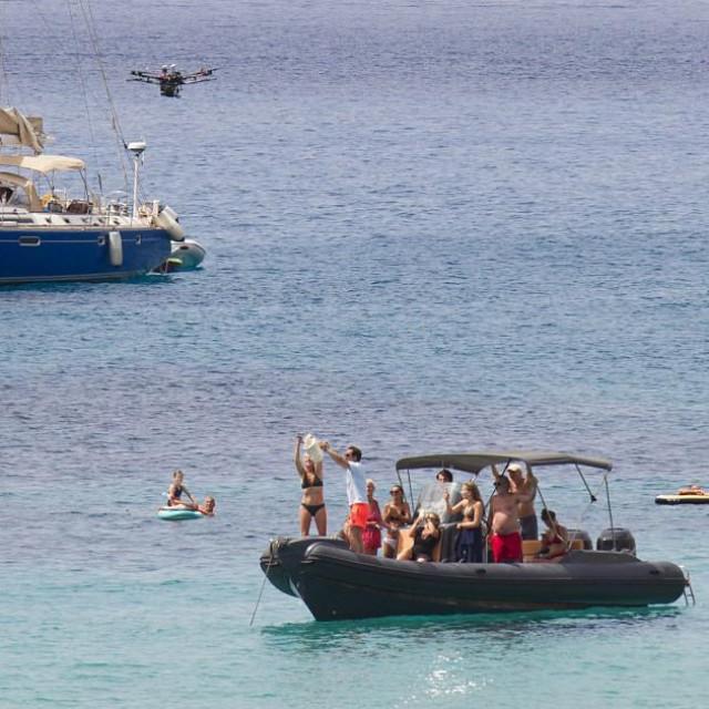 Dok se turisti kupaju stiže im hrana dronovima