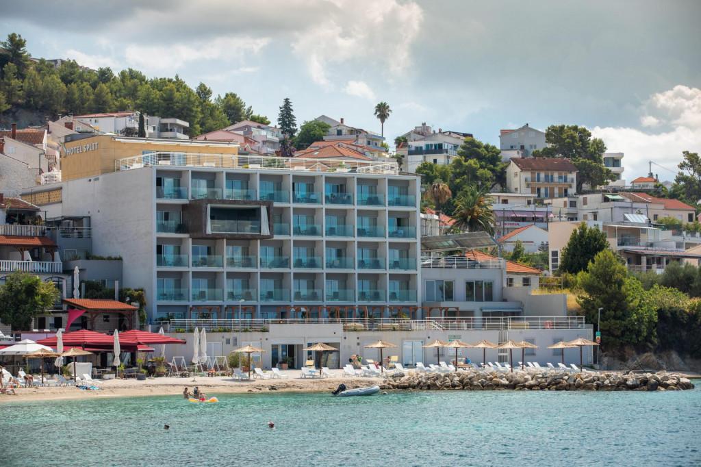 Hotel 'Split' u Podstrani kod Splita (na fotografiji desno su naknadno otvoreni prozori i vrata)<br />