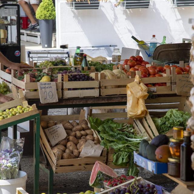 Prizor s hvarske tržnice