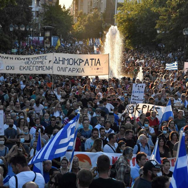 U<strong> </strong>Ateni i Solunu je na tisuće ljudi prosvjedovalo protiv obveznog cijepljenja zdravstvenih djelatnika i drugih vladinih mjera
