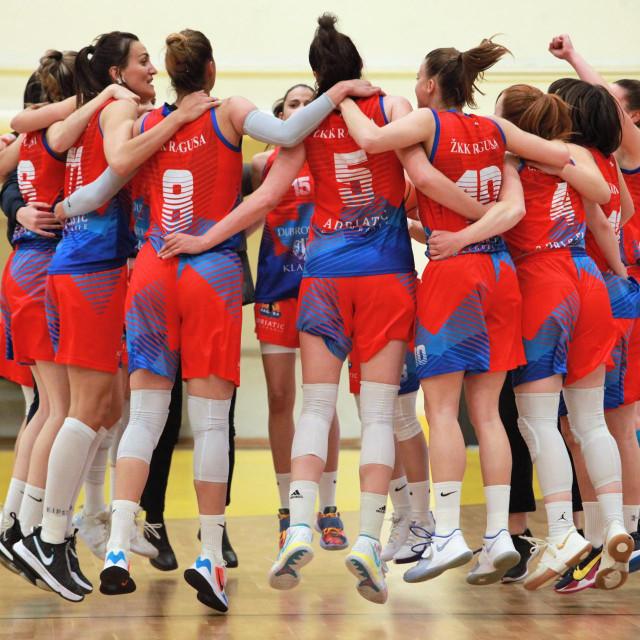 Skače Ragusa od sreće - osvojila je prvi trofej u povijesti - Kup 'Ružice Meglaj Rimac', a zatim je uzela i naslov prvakinja Hrvatske