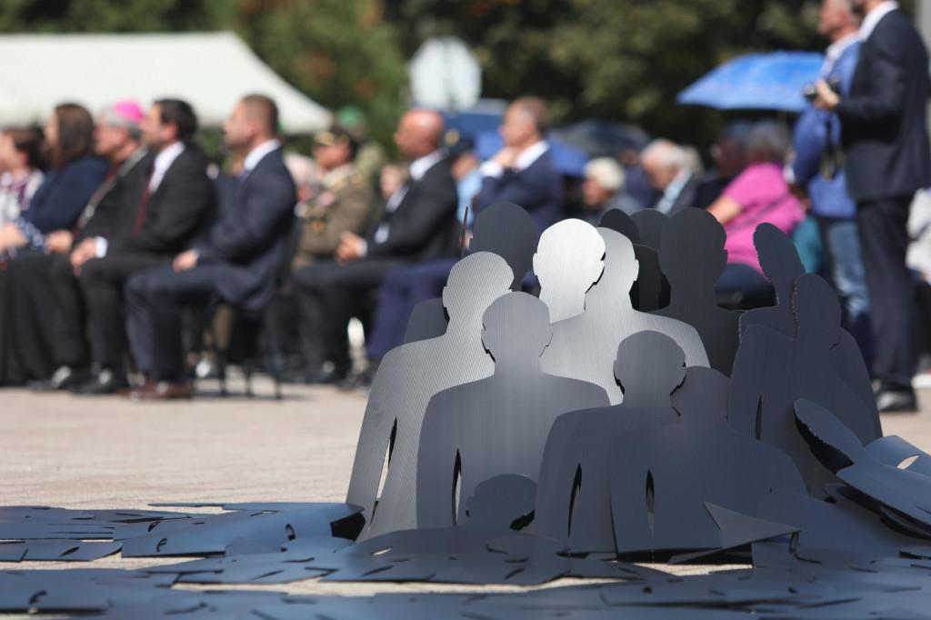 Instalacija u Glini koja simbolizira nestale osobe<br />