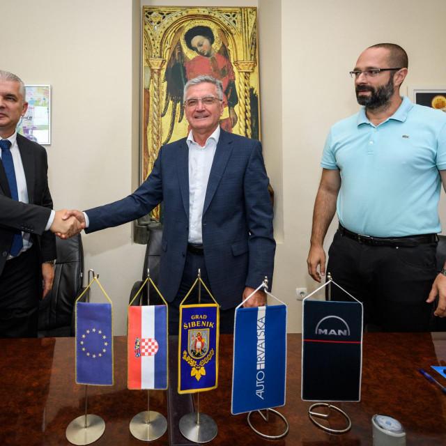 Gradonačelnik Šibenika Željko Burić i Mario Fabek direktor Auto Hrvatske PSC potpisali su ugovor o nabavi 11 novih niskopodnih autobusa u sklopu EU projekta Povećanje integrirane mobilnosti na području grada Šibenika.<br />