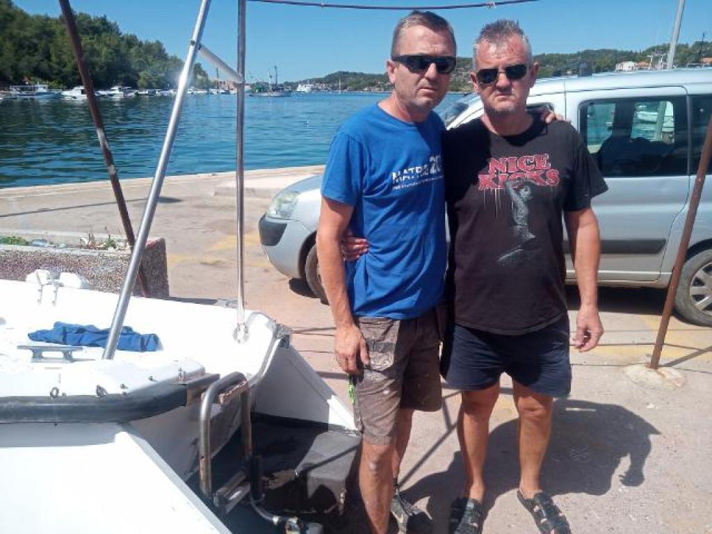 Denis Prižmić, sin stradalog ribara kod Vele Luke (crna majica) i Ivica Cetinić (plava majica), kum stradalog ribara
