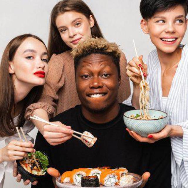 Tri nasmijane mlade Ruskinje,sushi, maki rolice i tamnoputi muškarac uznemirili su konzervativnu Rusiju