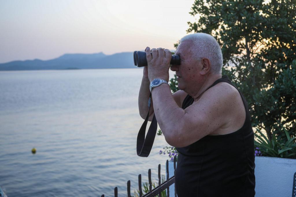 Luka Bebić sa svoje terase u Komarni svaki dan dalekozorom pratio je radove na Pelješkom mostu<br />