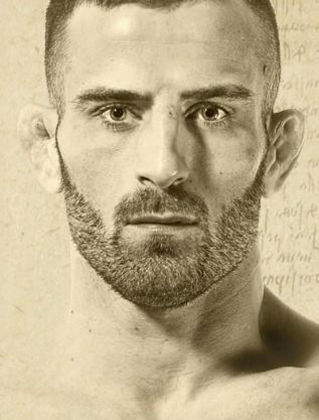 Antun Račić, rođen 5. rujna 1990. godine, do danas je imao 35 profesionalnih borbi (25 pobjeda, 9 poraza, te jedna borba bez pobjednika)