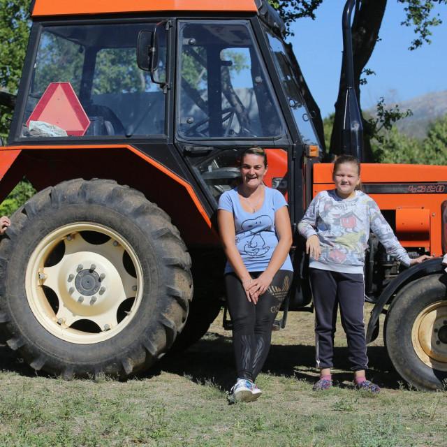 Mama Anita i njezini Ivan, Antea i Marijana vrijedno rade i pomažu na zemlji