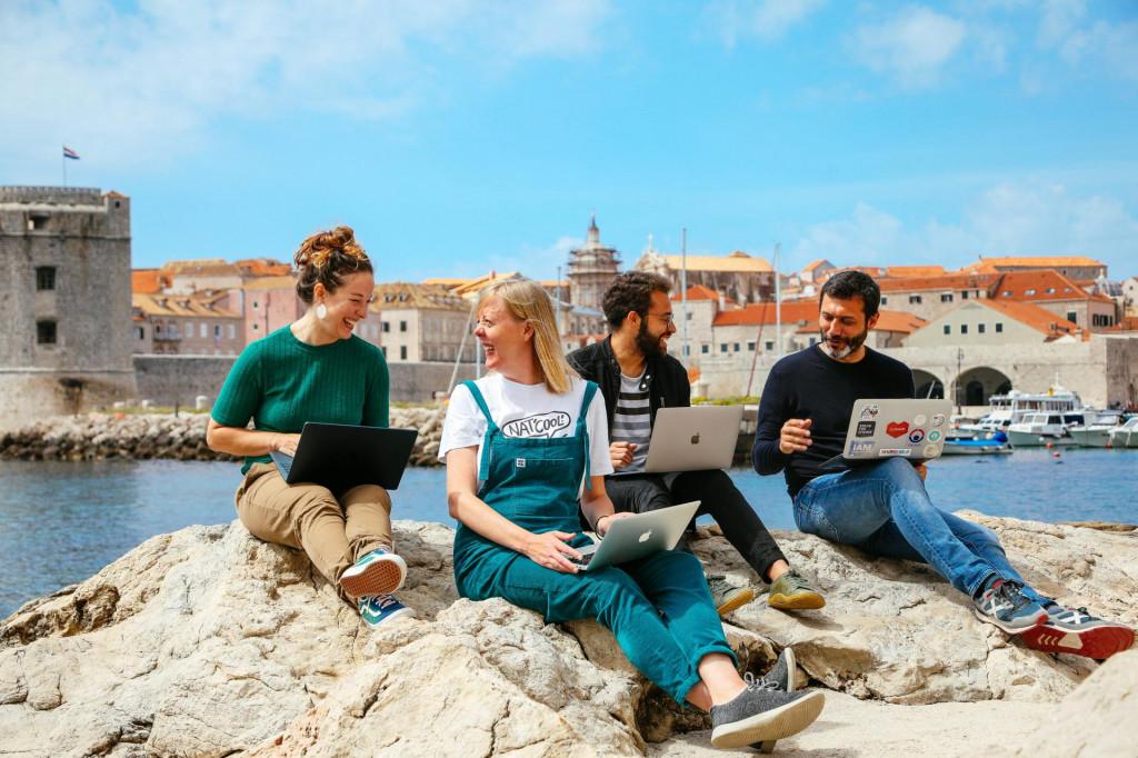 SD<br /> Dubrovnik, 290421<br /> Digitalni nomadi koji trenutno borave i rade u Dubrovniku.<br /> Na fotografiji: Kelsey Kay Love, Charlie Brown, Ron Tardiff, Albert Canigueral<br />
