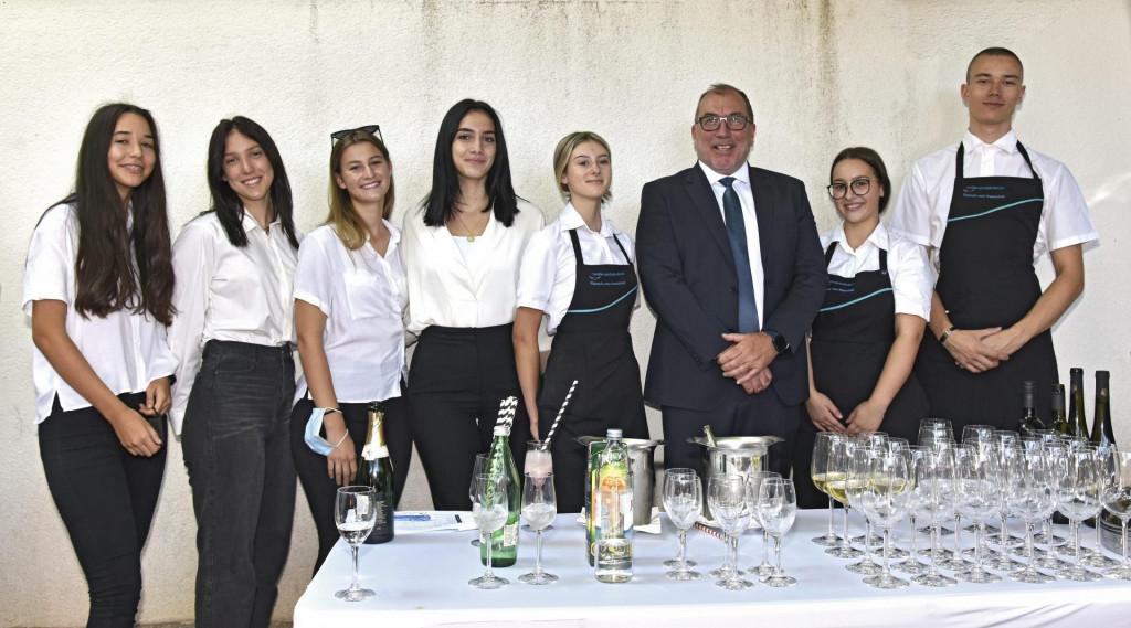 Ivo Bilić, ravnatelj Turisticko-ugostiteljske škole s učenicima