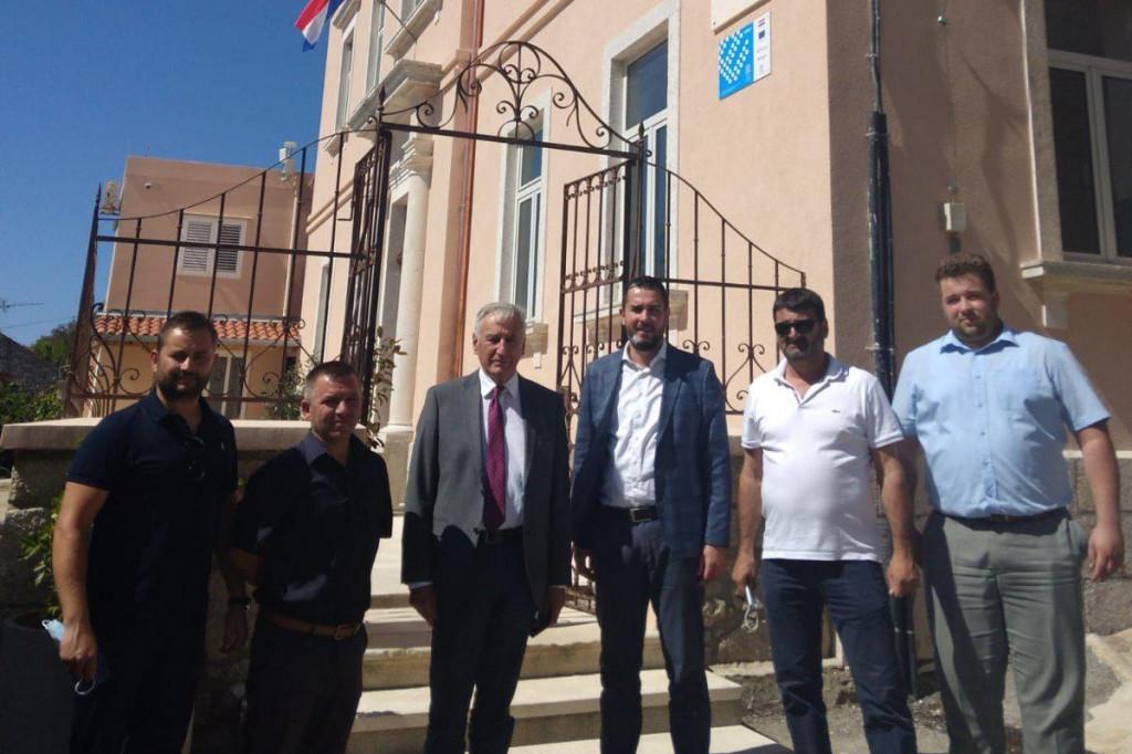 Župan Nikola Dobroslavić sa zamjenikom Joškom Cebalom obišao je radove na sanaciji zgrade Osnove škole Smokvica