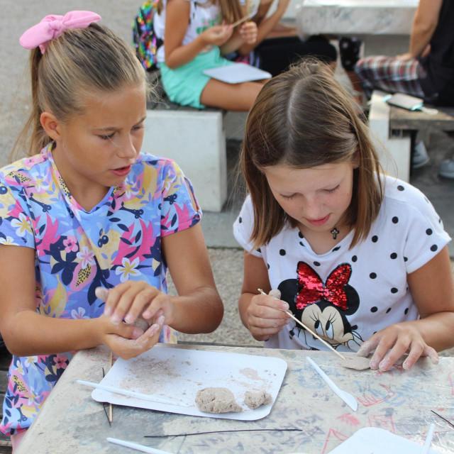 U parku Luja Šoletića je održana radionica izrade nakita od mljevenih ljuštura školjkaša