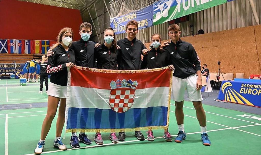 Hrvatska reprezentacija do 17 godina na EP-u - Lučia Galjer (prva s lijeva), Marko Janičić (četvrti s lijeva)