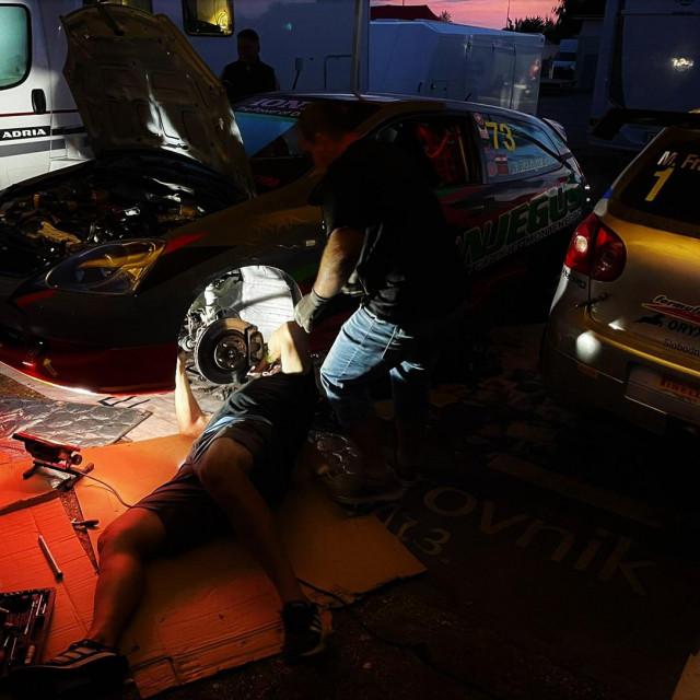 Radilo se pod svjetlima... popravljao se vozni park Dubrovnik Racinga na Auto(moto)dromu Brno u Češkoj