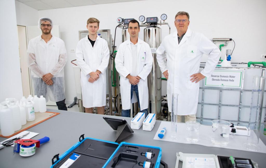 Keith Kirby sa sinom Cameronom i zaposlenicima u laboratoriju.