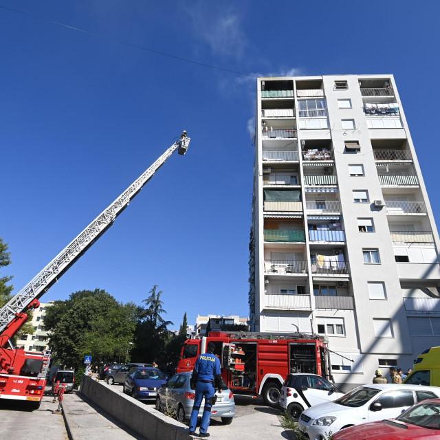 Požar na zadnjem katu zgrade u Požeškoj ulici brzom je intervencijom vatrogasaca ugasen