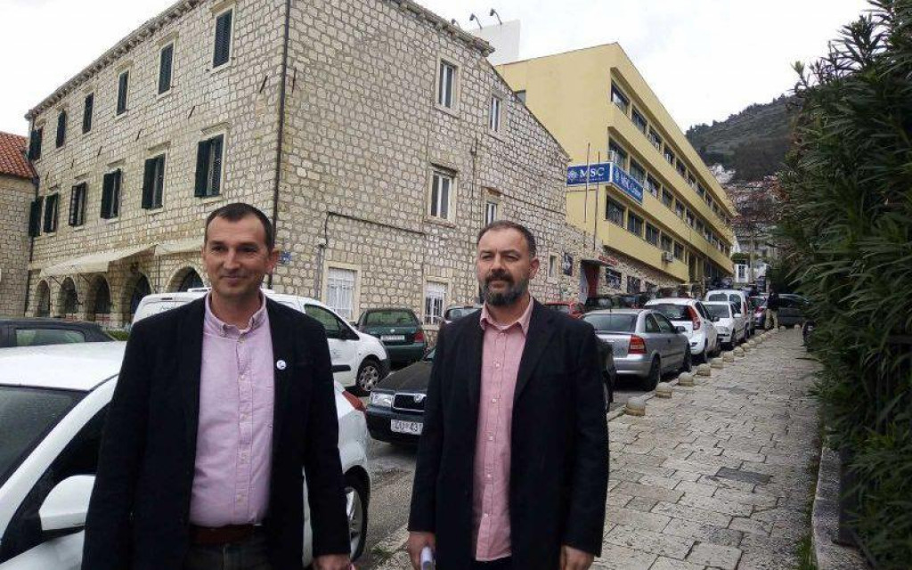 Đuro Capor i Nikša Selmani (Srđ je Grad) ispred TUP-a
