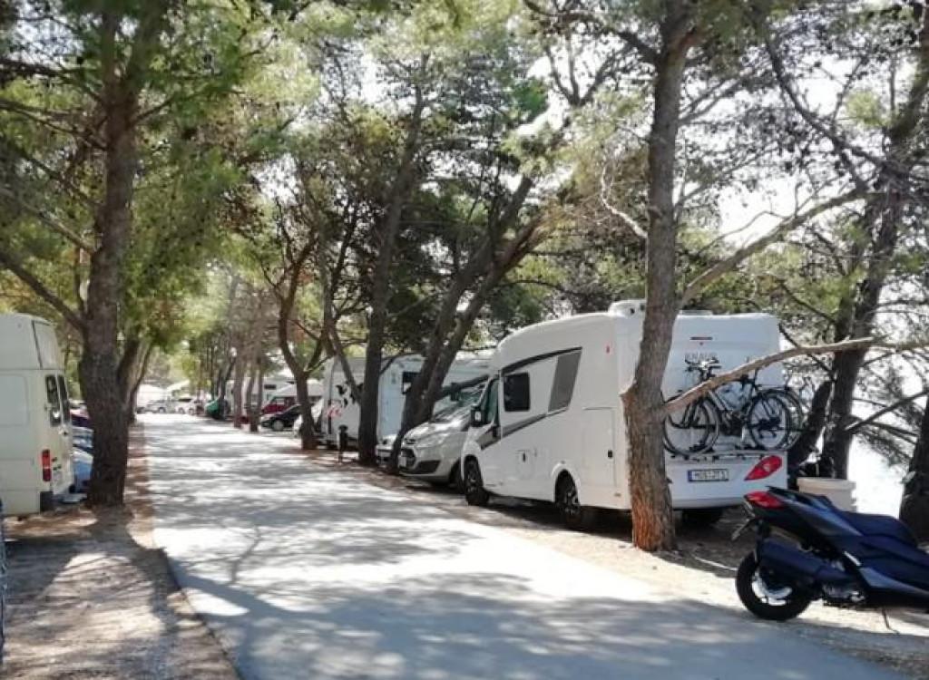 Današnji prikaz ilegalnog kampiranja na Punti Bajlo