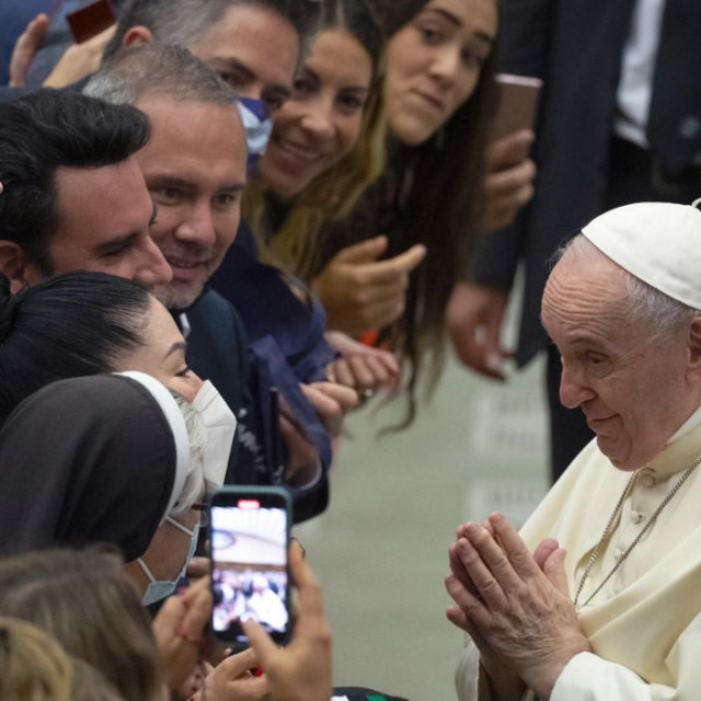 Pope Francis (R) greets visitors after his weekly general audience in the Paul VI hall at the Vatican on September 8, 2021 (Photo by Tiziana FABI/AFP)