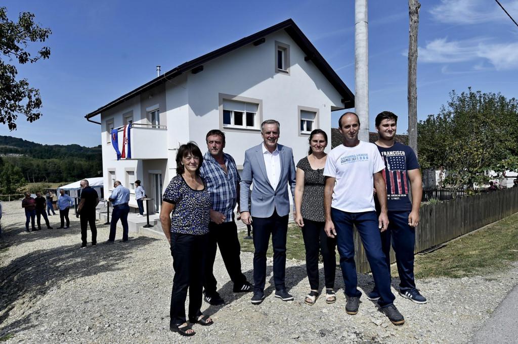 Obitelj Boltužić s Mijom Pašalićem ispred nove kuće