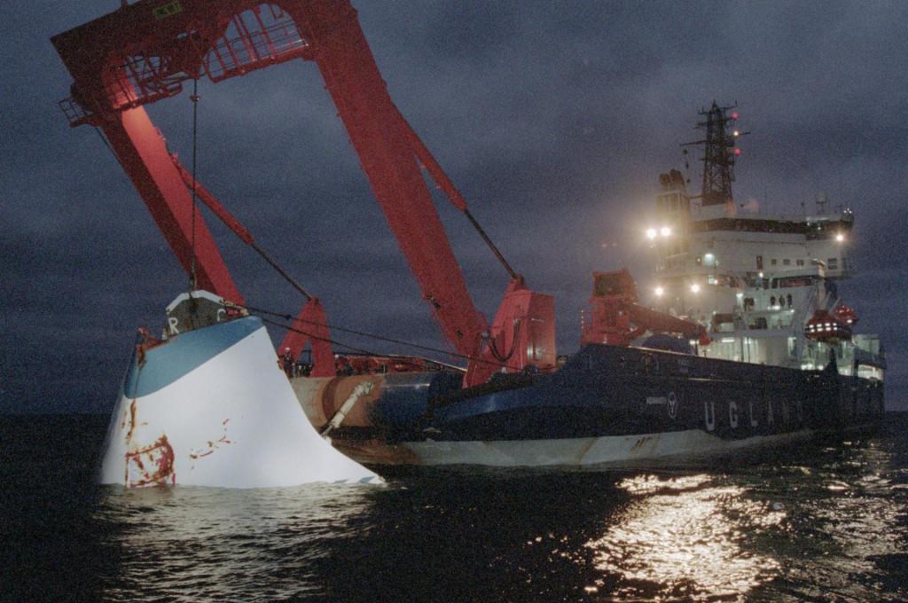 Podizanje pramčanih vrata 'MS Estonije' dva mjeseca nakon potonuća. Istraga je utvrdila da je trajekt potonuo zbog tih vrata, aliuz pomoć podvodnog robota nedavno je otkriveno da na trupu postoje rupe<br /> <br />