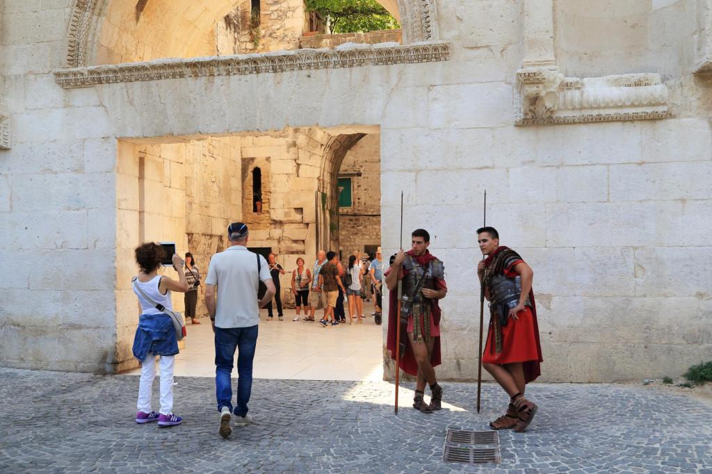 Dioklecijanova palača bi bila opkoljena stražarskim mjestima, a ako ćemo se šaliti, ulaz bi naplaćivali momci odjeveni u odore rimskih vojnika