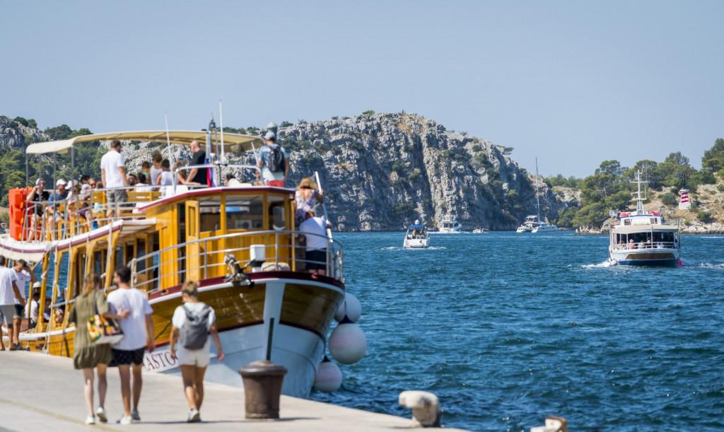Sibenik, 110821.<br /> Veliki broj turista koji boravi na podrucju Sibensko-kninske zupanije svoj odmor krati na razne nacine.<br /> Na fotografiji: Guzva brodova u kanalu Sv. Ante.<br />