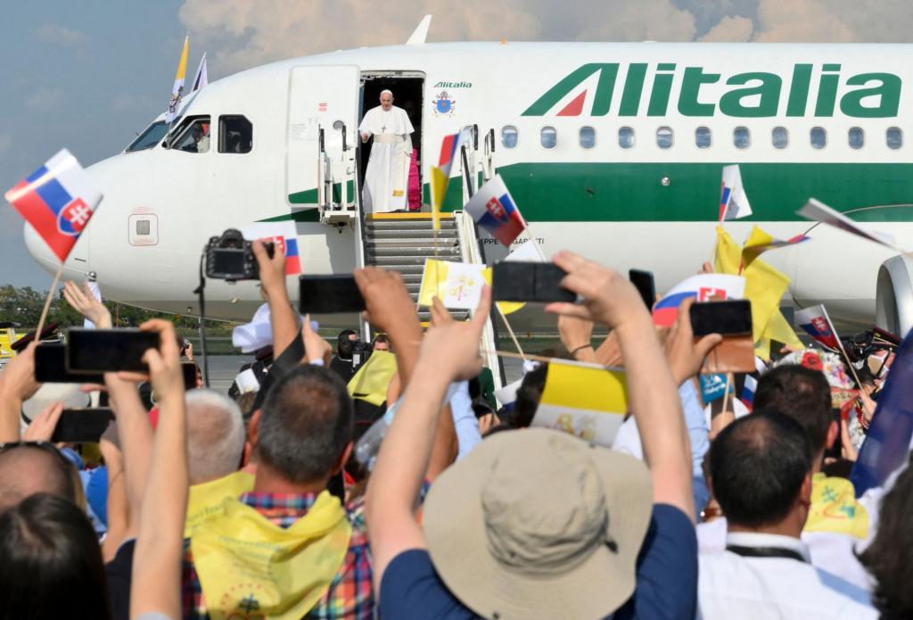 Slovački vjernici oduševljeno su dočekali papu Franju na aerodromu