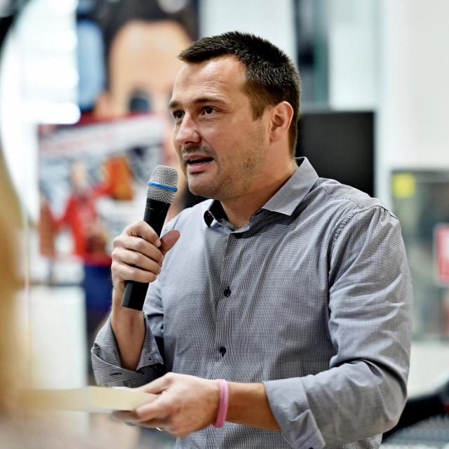 Bruno Šimleša na jednom od prijašnjih predstavljanja svojih knjiga