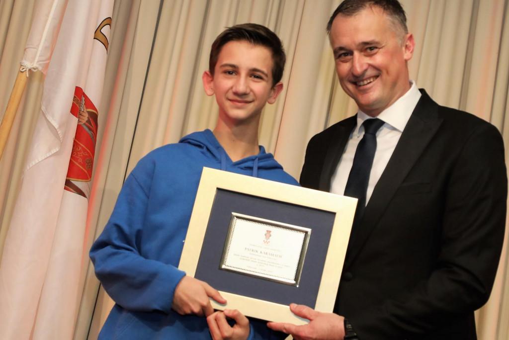 Patrik Karamatić je prije dvije godine bio dobitnik nagrade Dubrovačkog saveza športova, koju mu je dodijelio tajnik Alen Bošković za trijumf na mlađe kadetskom prvenstvu Hrvatske. Sad je zlata osvojio i na kadetskom PH
