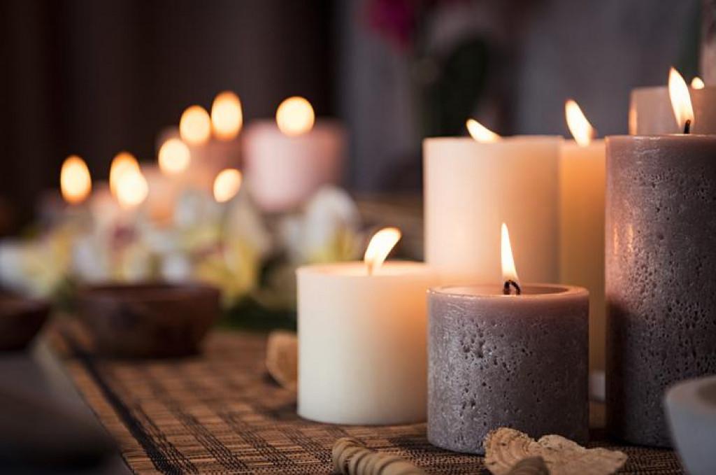 Bogataši često kupuju svijeće na veliko u jeftinim trgovinama i koriste ihtijekom cijele godine