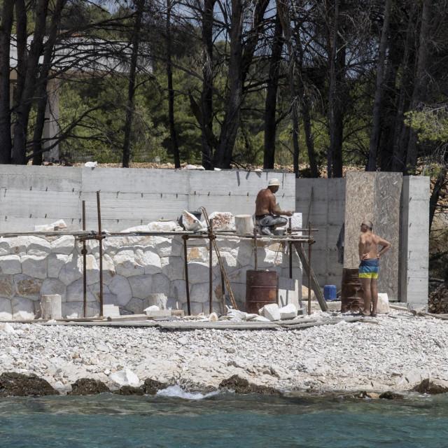 Vila u uvali Duboka u Okrugu - nelegalni radovi, započeti lani, još traju