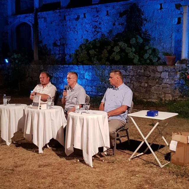 S desna na lijevo: dr. sc. Mladen Domazet, dr. sc. Mateo Bratanić i prof. Joško Bracanović, snimljeno u ljetnikovcu Hanibala Lucića u Hvaru